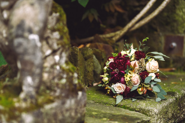 rich-red-autumn-wedding-bouquet-lies-stone-footsteps_8353-9018